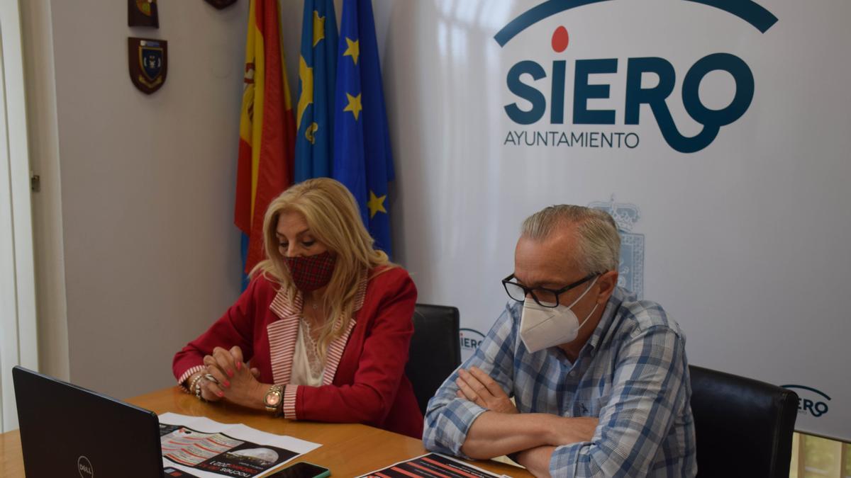 La concejala de Cultura, Aurora Cienfuegos, junto al director de la Fundación Municipal de Cultura, Ramón Quirós.