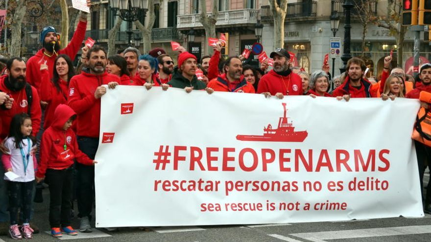 Mig miler de persones es manifesten contra el bloqueig del vaixell d'Open Arms
