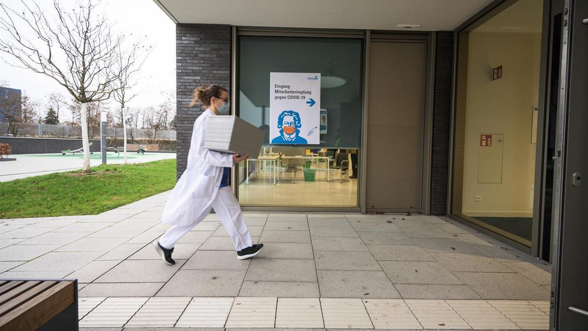 Una trabajadora sanitaria transporta una caja con vacunas en Alemania.
