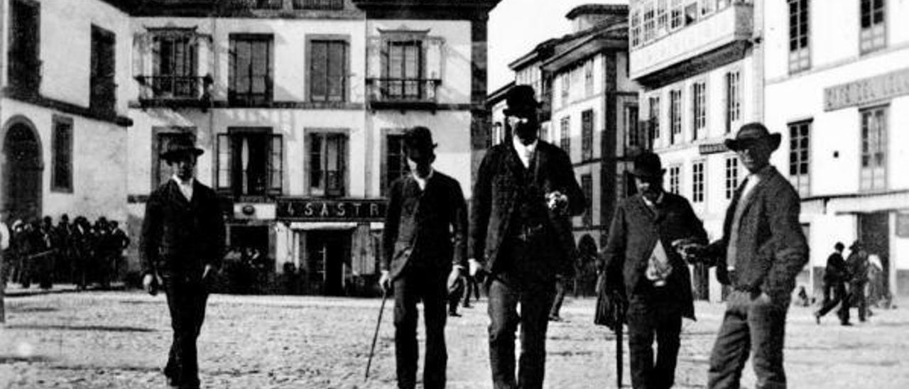 Un grupo de peatones en El Parche, entonces (finales del siglo XIX) con pavimento de empedrado; al fondo, el inicio de la calle La Ferrería. | Archivo de Nardo Villaboy