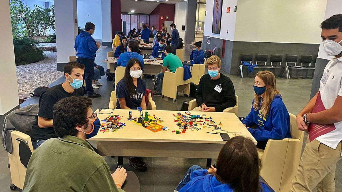 Los grupos participantes en el concurso de talento en el campus de Mieres.