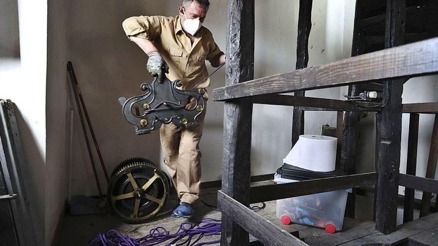 Comienza el desmontaje del centenario reloj de La Ribera para su limpieza y ajuste