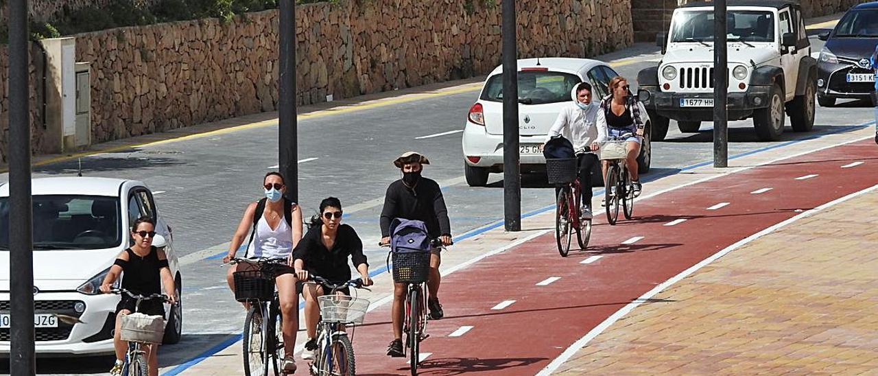 Ciclistas en el nuevo carril bici que lleva al camí de sa Guia.