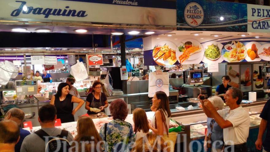 Royaler Besuch am Fischstand in Palmas Mercat d'Olivar