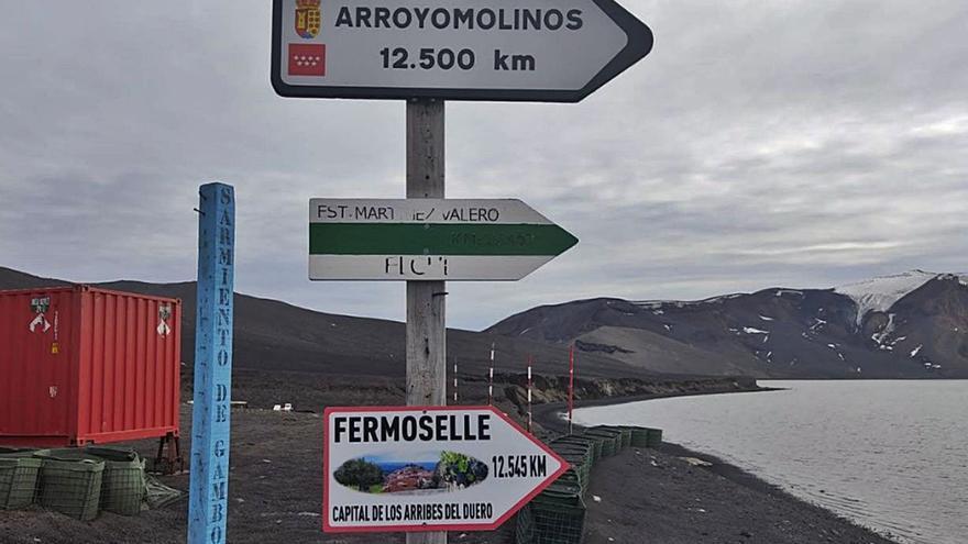 """Fermoselle """"coloca"""" una señal informativa en la Antártida"""