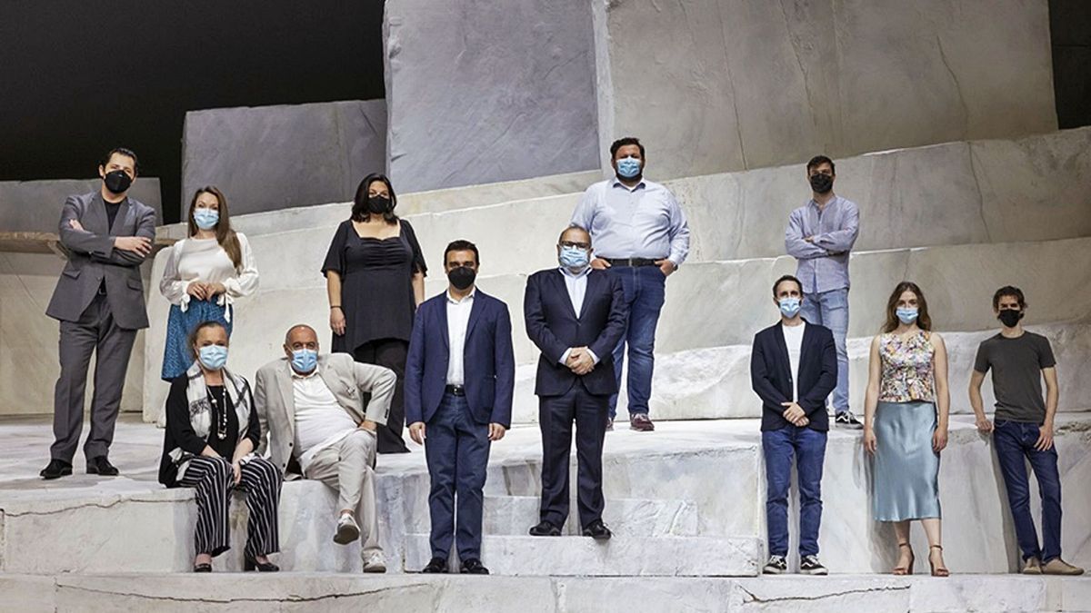 El elenco y equipo artístico  de «Cavalleria» y «Pagliacci»,  con Jesús Iglesias, director de Les Arts. miguel lorenzo/les arts
