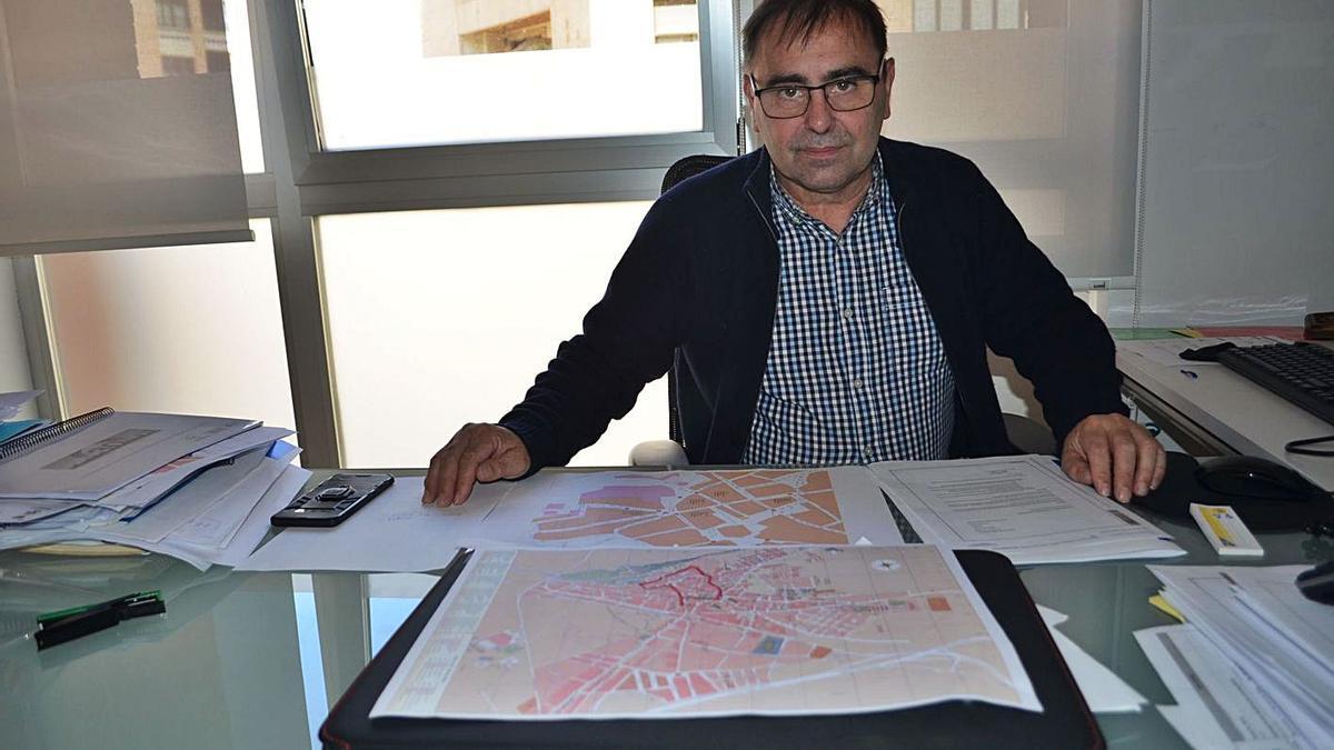 El concejal de Seguridad Ciudadana, Fernando Marcos, con los planos de la zona centro de Benavente.   E. P.
