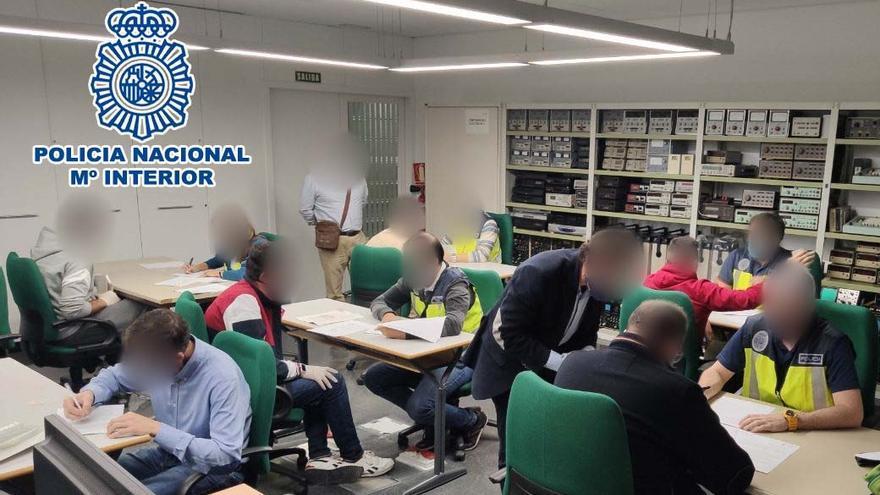Una academia de Elx vende 110 certificados falsos de operador de grúa