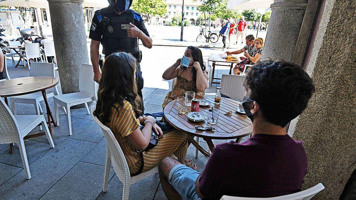Control policial de uso de mascarillas entre jóvenes, en Pontevedra.