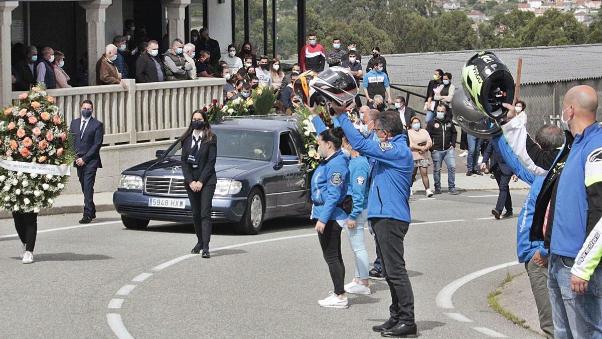 Los moteros acompañaron el entierro del marinero en Moaña.     // SANTOS ÁLVAREZ