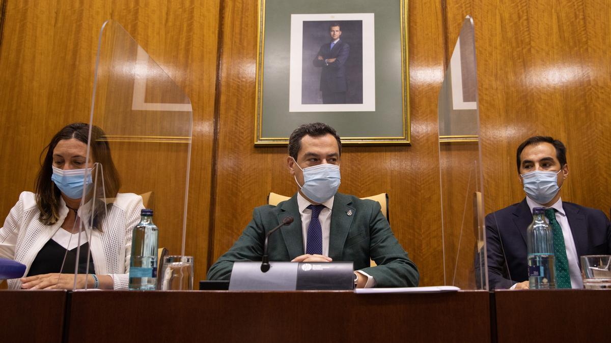 Juanma Moreno, este miércoles en la reunión del Grupo Popular en el Parlamento andaluz.