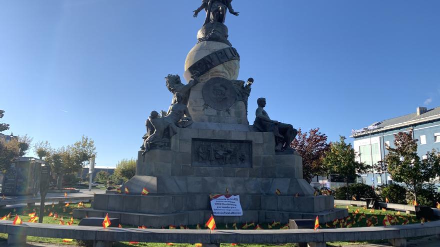 La plaza de Colón de Valladolid amanece con 832 banderas en recuerdo a las víctimas del COVID