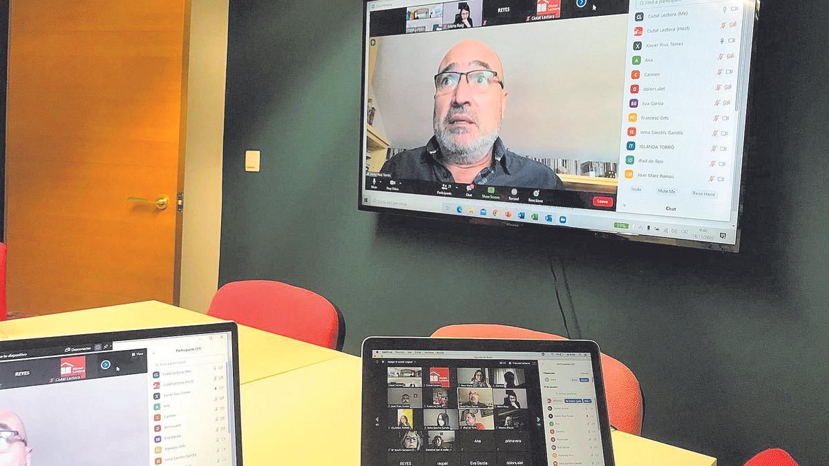 El diputat Xavier Rius en una reunió per Zoom amb membres de «Ciutat lectora».