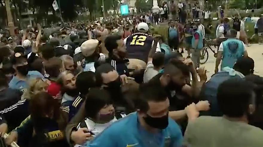 Cientos de miles de argentinos han aguardado fila durante horas para poder entrar en la Casa Rosada y despedirse de su ídolo