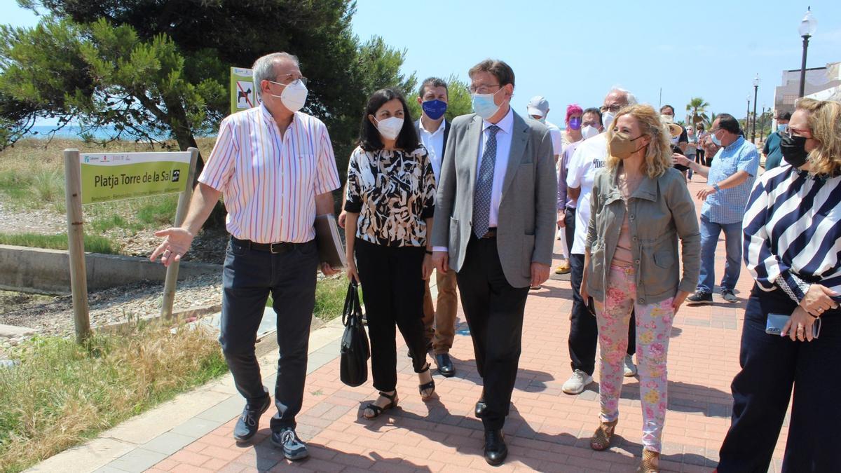 El president de la Generalitat, Ximo Puig, en una visita al poblado de Torre la Sal.