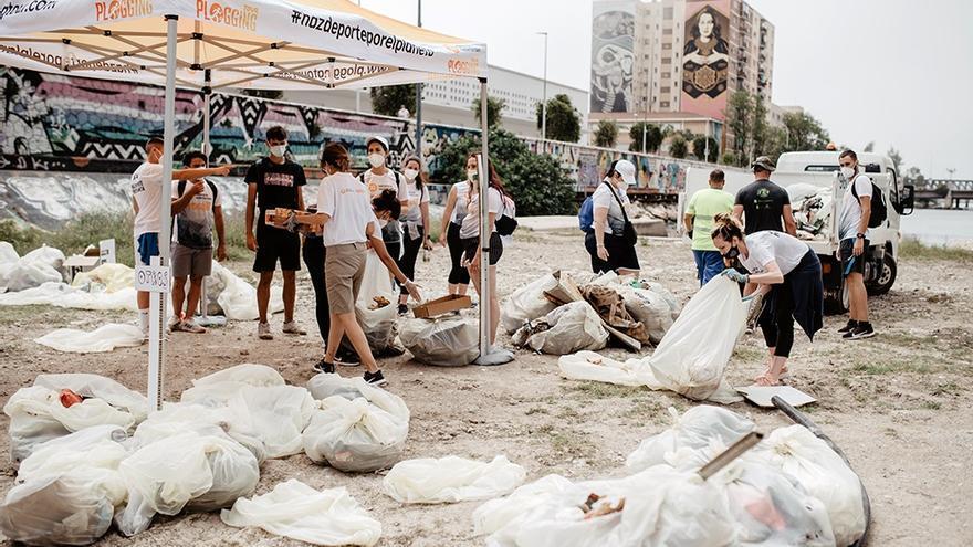Los malagueños retiran más de dos toneladas de basura en el Guadalmedina