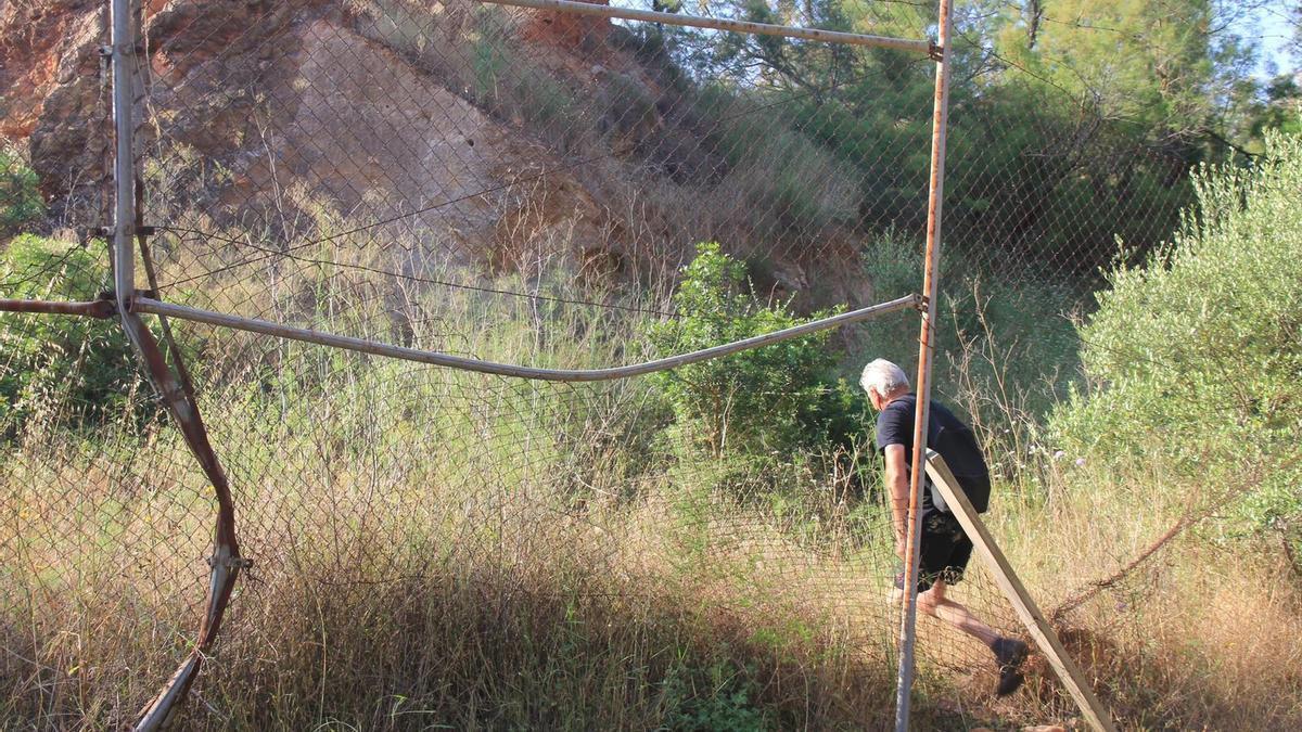 El mal estado en el que se encuentra el vallado perimetral es la primera de las evidencias, según los expertos, del abandono de los yacimientos.