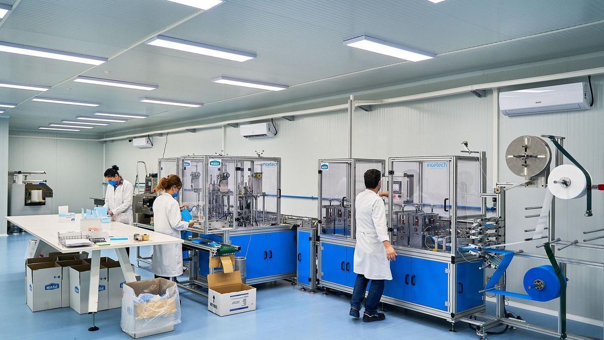Trabajadores de la empresa aragonesa Making Mask en la planta de fabricación zaragozana
