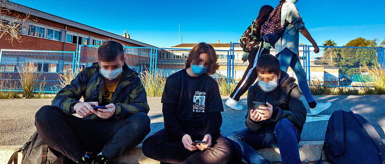 El uso de redes sociales y juegos online se ha disparado en los adolescentes; durante meses fue el único modo de socializar con sus iguales.  | DAVID REVENGA