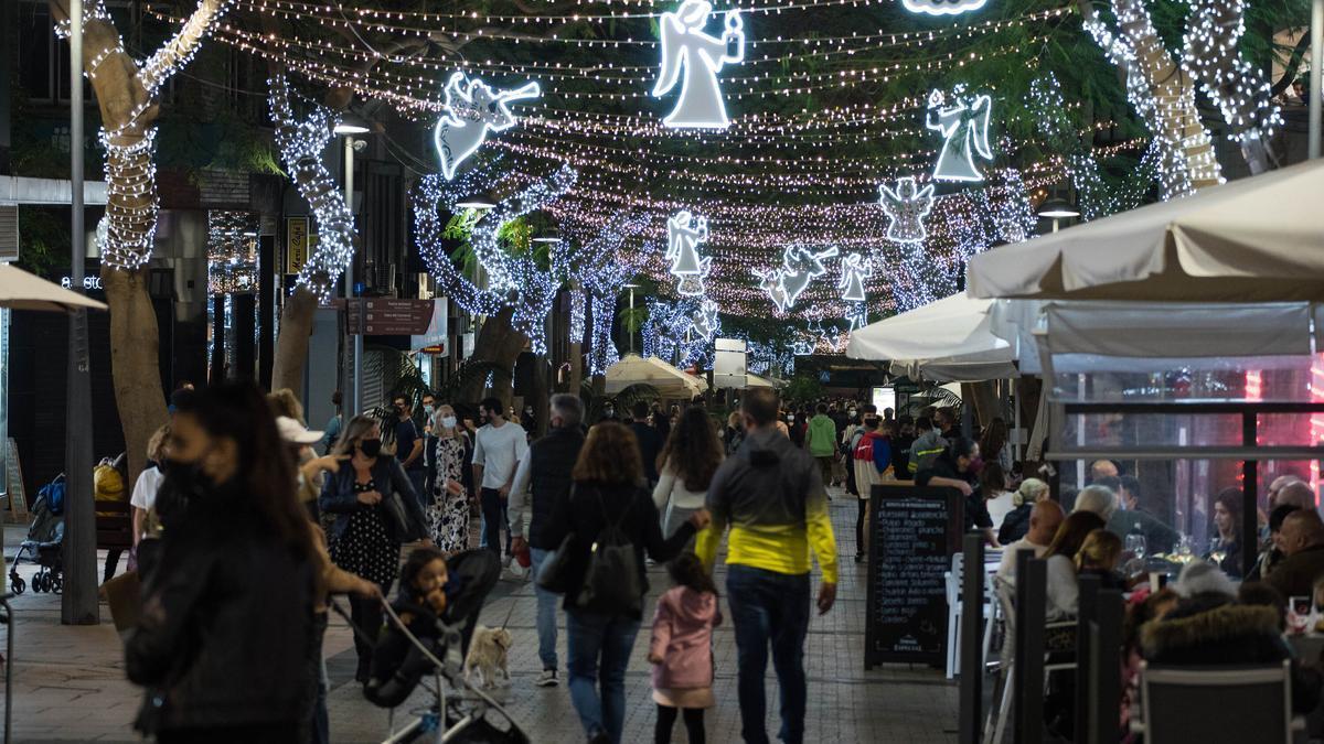 El alumbrado navideño de Santa Cruz de Tenerife ilumina el paseo nocturno de los ciudadanos.