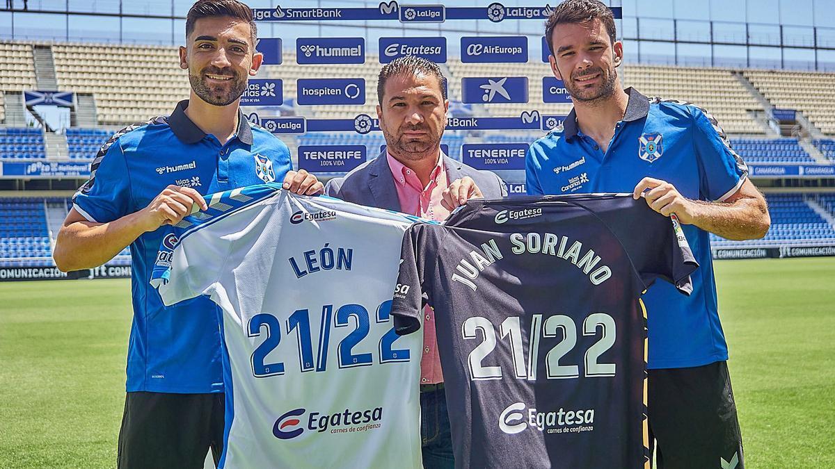 José León, Juan Carlos Cordero y Juan Soriano, sobre el césped del estadio Heliodoro Rodríguez López.