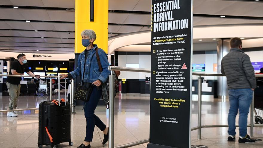 """El Reino Unido """"estudia"""" eximir de cuarentena a los viajeros vacunados"""