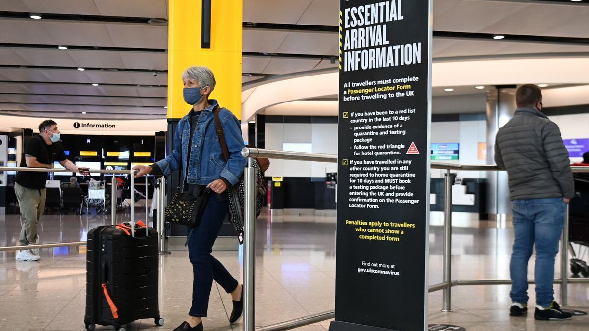 Una viajera llega al aeropuerto de Heathrow.