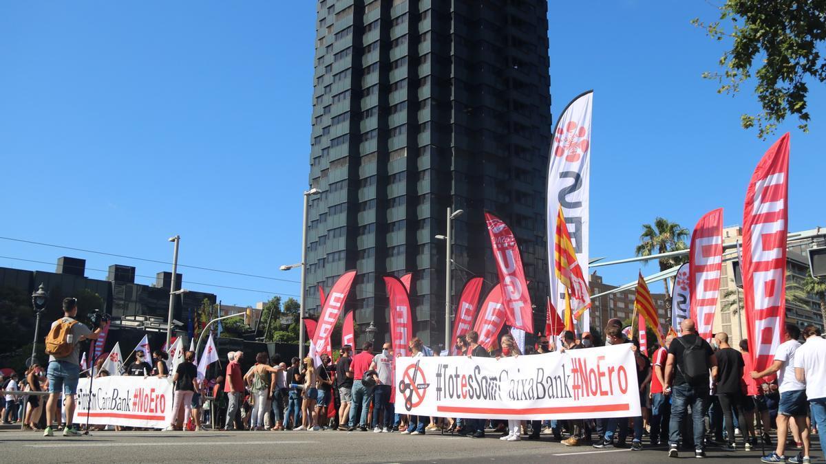 Manifestació dels treballadors de CaixaBank davant la seu del banc a Barcelona