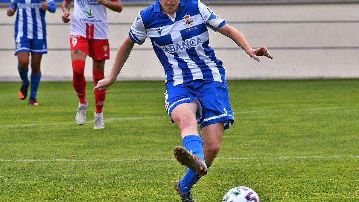 Iris Arnaiz golpea el balón en el partido contra el Santa Teresa en Abegondo.