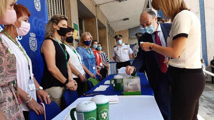 La delegada del Gobierno en Aragón, junto a la Policía y la Guardia Civil, participa en la cuestación de la aecc