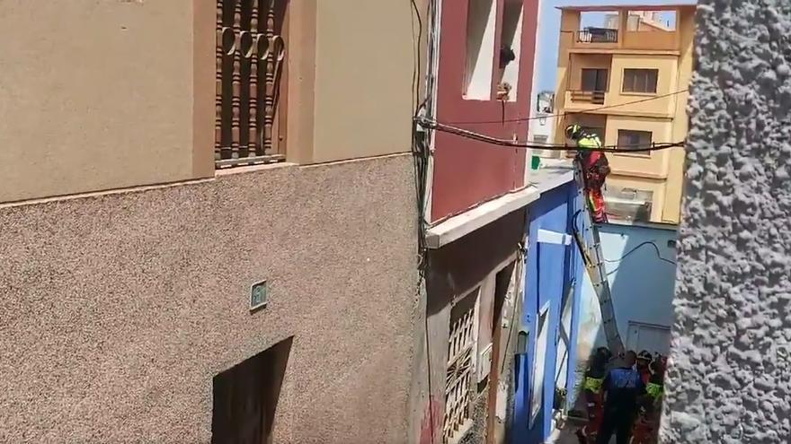 Rescatan a un perro de una azotea en Las Palmas de Gran Canaria durante la ola de calor