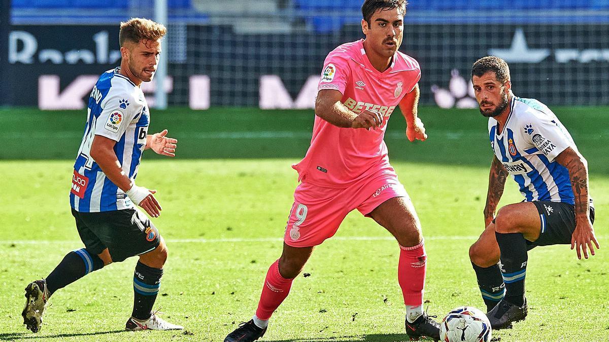 Abdón conduce el balón ante la presión de dos jugadores el pasado domingo ante el Espanyol en el RCDE Stadium.