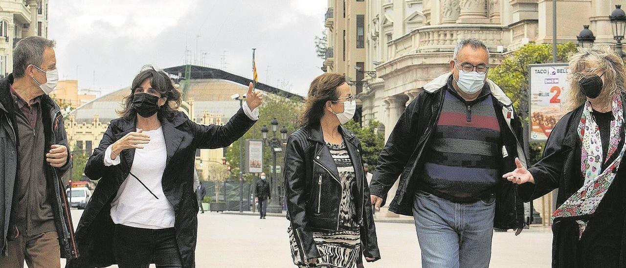Representantes de Salvem el Botànic, Salvem el Cabanyal y la asociacion de víctimas del accidente del metro, fotografiados en la plaza del ayuntamiento de València