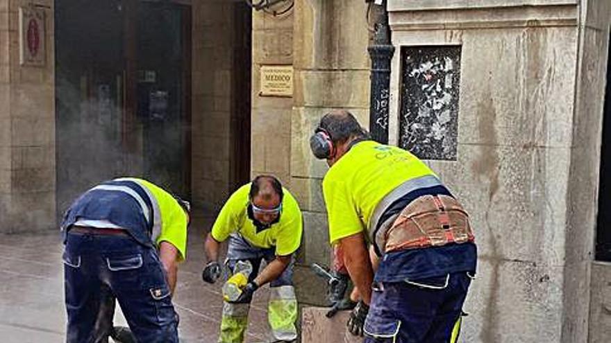 Reparación de baldosas sueltas en la calle del Peso