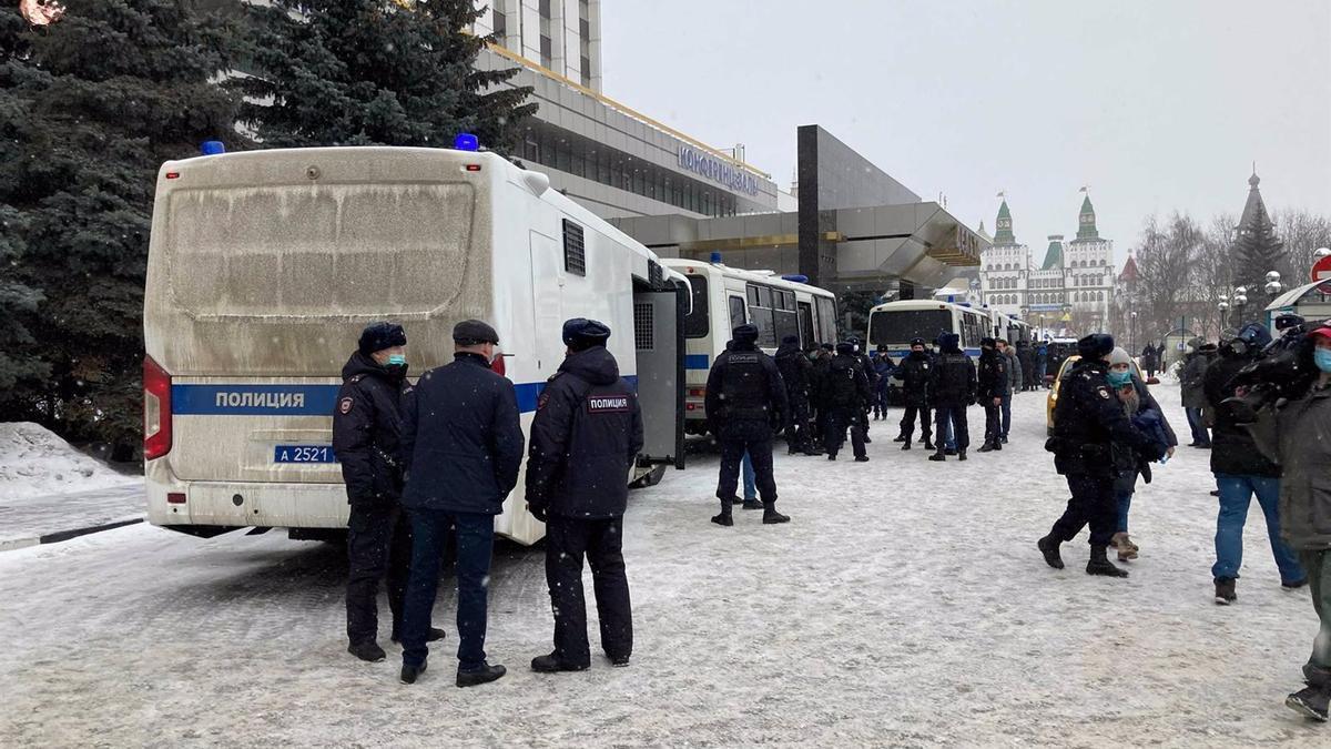 Policía frente a la sede del evento en Moscú.