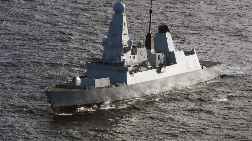 Navío ruso dispara como advertencia contra buque británico