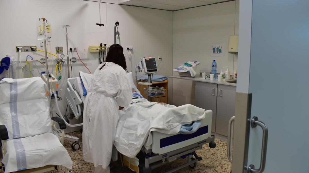 Un paciente recibe tratamiento en una UCI.
