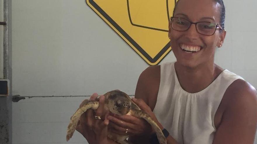 La nadadora Teresa Perales amadrina una tortuga que es recupera a l'Arca del Mar