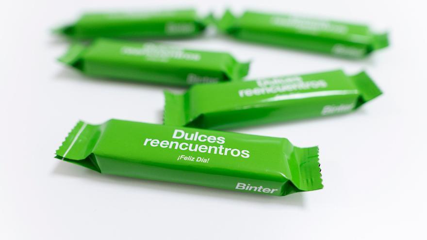 El 'dulce reencuentro' de Binter con los snacks a bordo