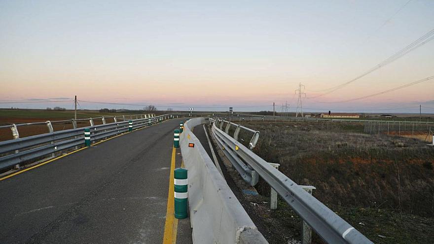 El viaducto entre La Hiniesta y Andavías mejora su seguridad con señalización provisional