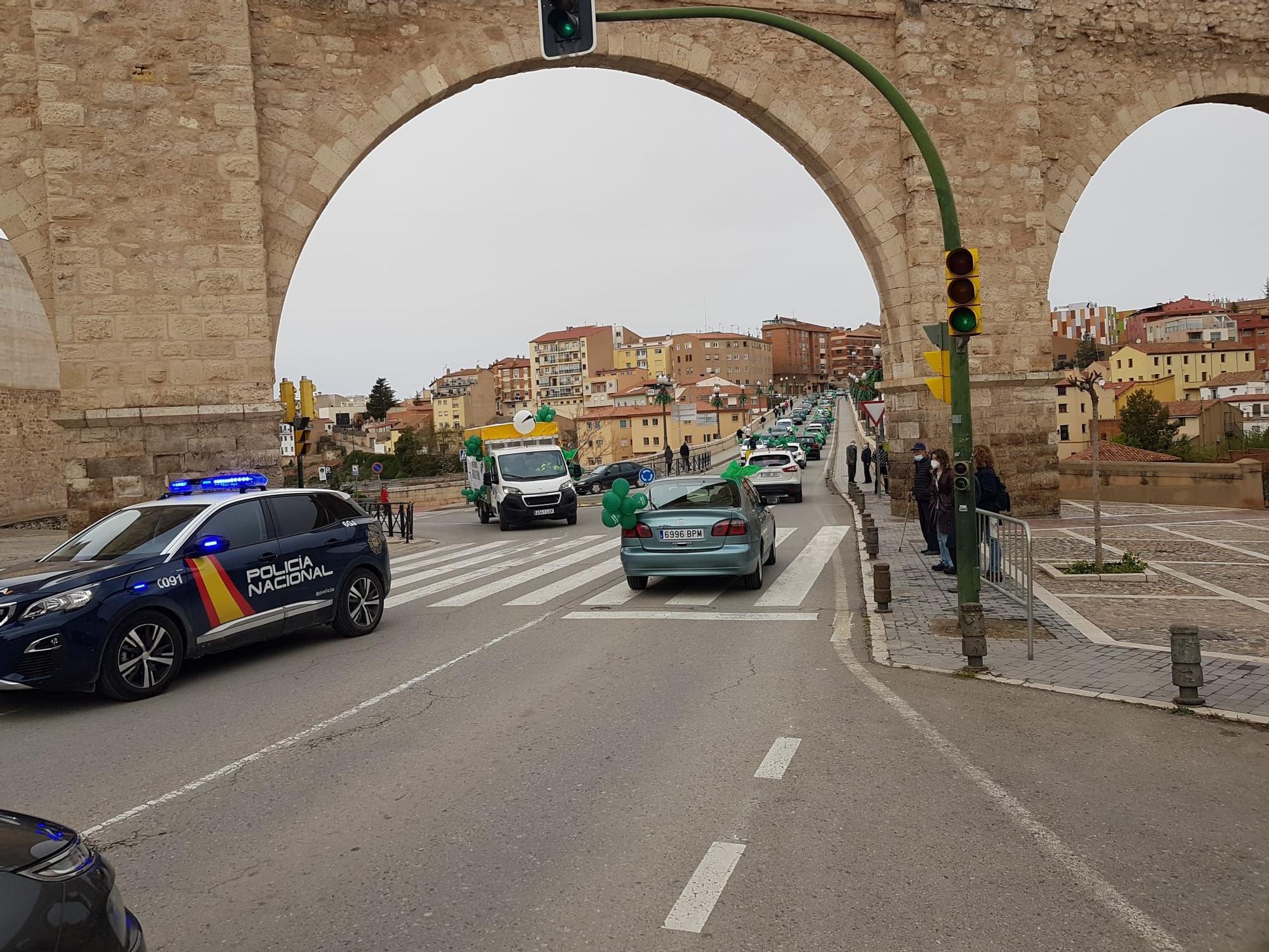 Coches pasando por Teruel en la manifestación.