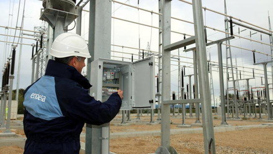 El preu de la llum torna a elevar-se aquest dilluns i arribarà als 121,14 euros/MWh