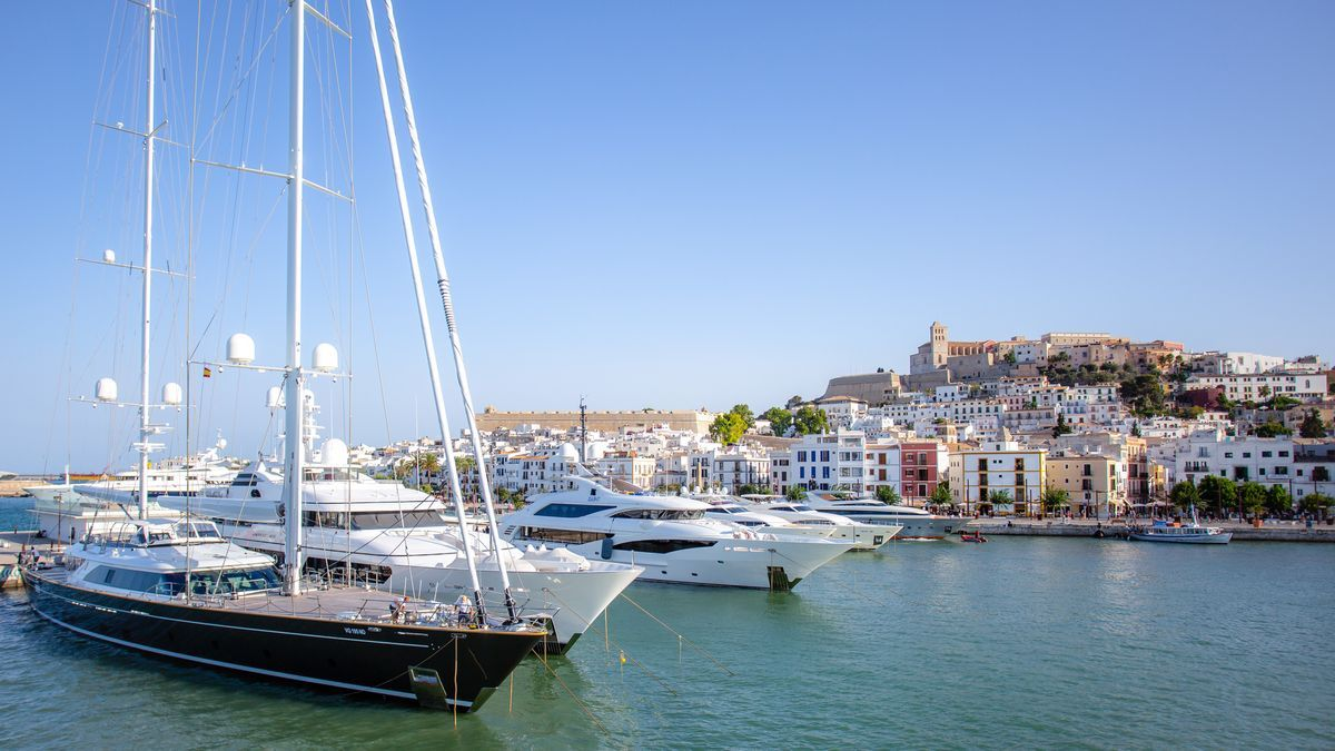 Marina Port Ibiza permite amarrar barcos de grandes dimensiones a los pies del Patrimonio de la Humanidad