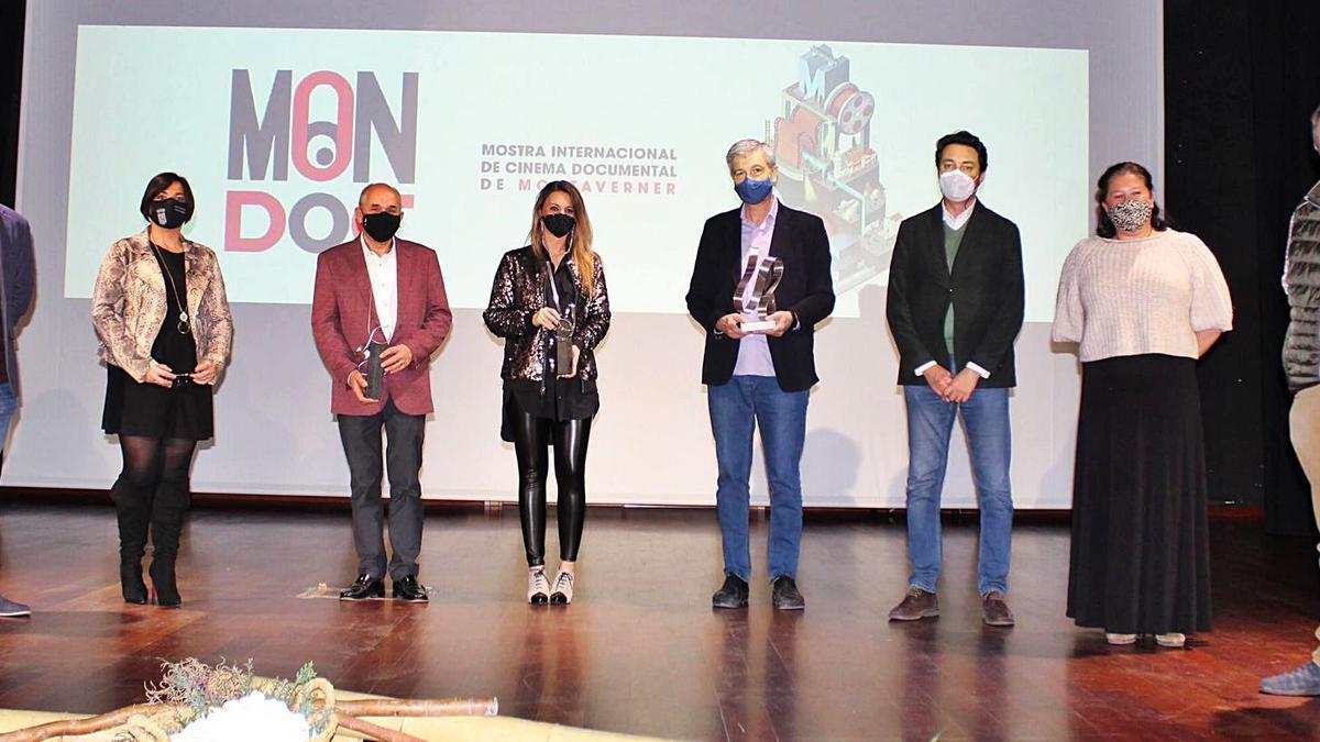 Autoridades en la entrega de premios del Mon·Doc de 2020, el pasado sábado en el auditorio Luis Peiró de Montaverner.   AJUNTAMENT DE MONTAVERNER