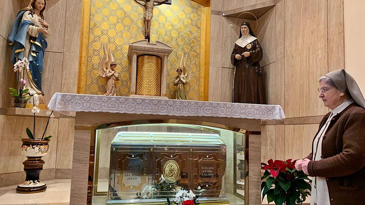 La hermana superiora de la orden, Inmaculada Ríos, en la capilla de Madre Carmen