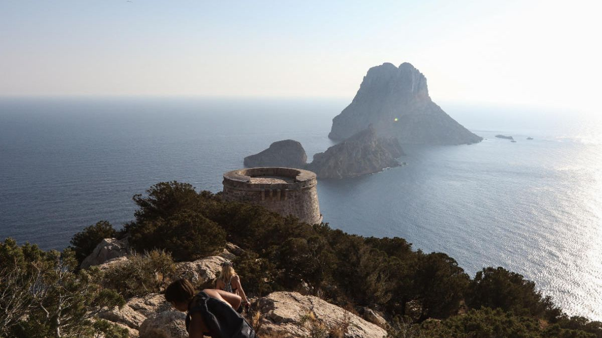 Vista del islote de es Vedrà, en cuyas aguas se encontró el 'Aplidium albicans'.
