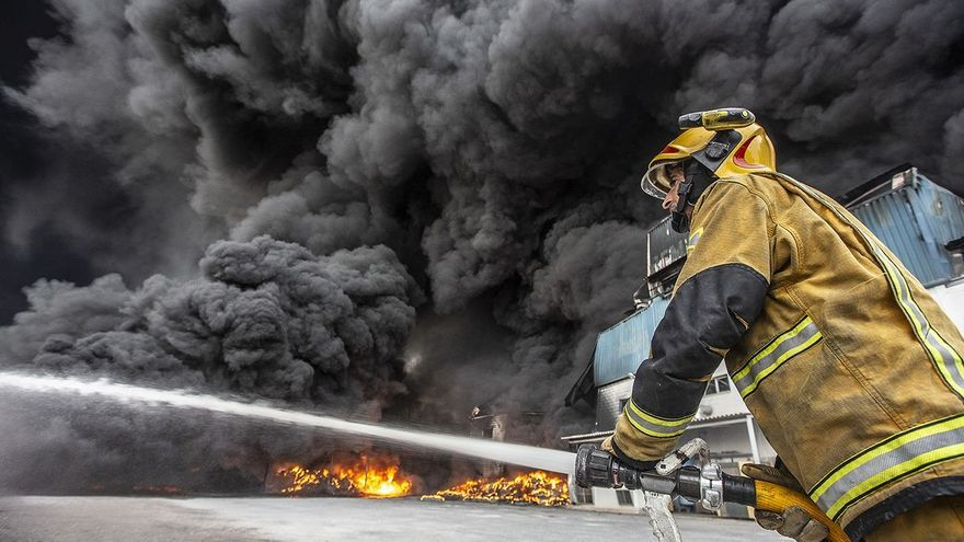 El humo y el olor a quemado persisten 11 días después del incendio de la fábrica de San Vicente