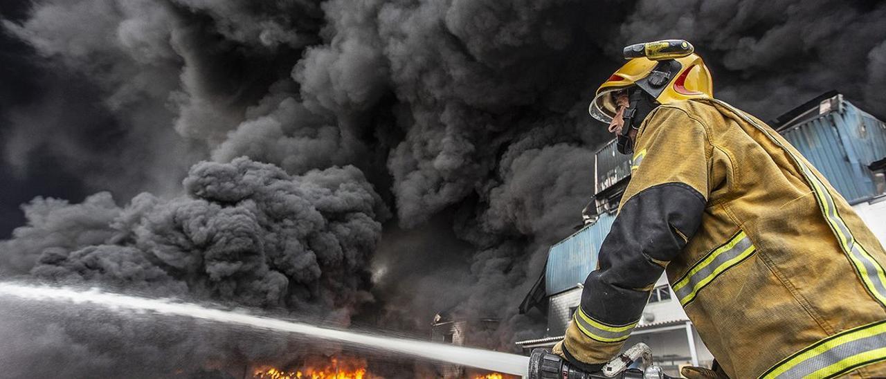 Un bombero trabaja en el incendio de la fábrica de caucho de San Vicente del Raspeig declarado el 11 de julio.