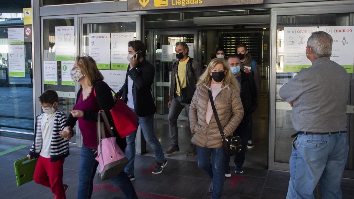 Viajeros llegando al Aeropuerto de Manises