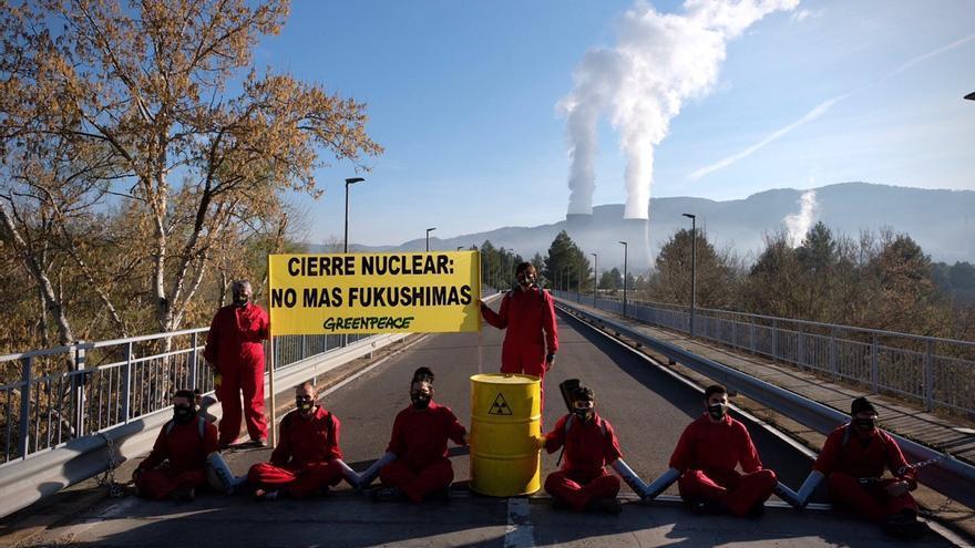 Ocho activistas de Greenpeace cortan el acceso a la nuclear de Cofrentes
